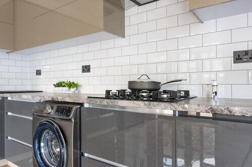 jak położyć płytki na płytki w kuchni