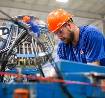 W jaki sposób system do zarządzania produkcją usprawnia pracę produkcji